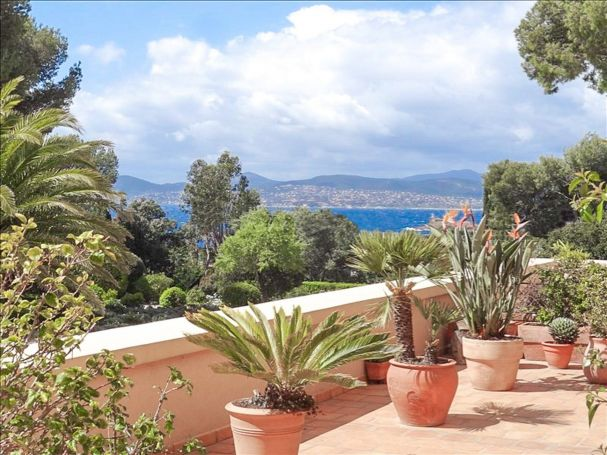 A vendre Appartement 4 pieces 124 m2 bord de mer Saint-Raphael Santa-Lucia